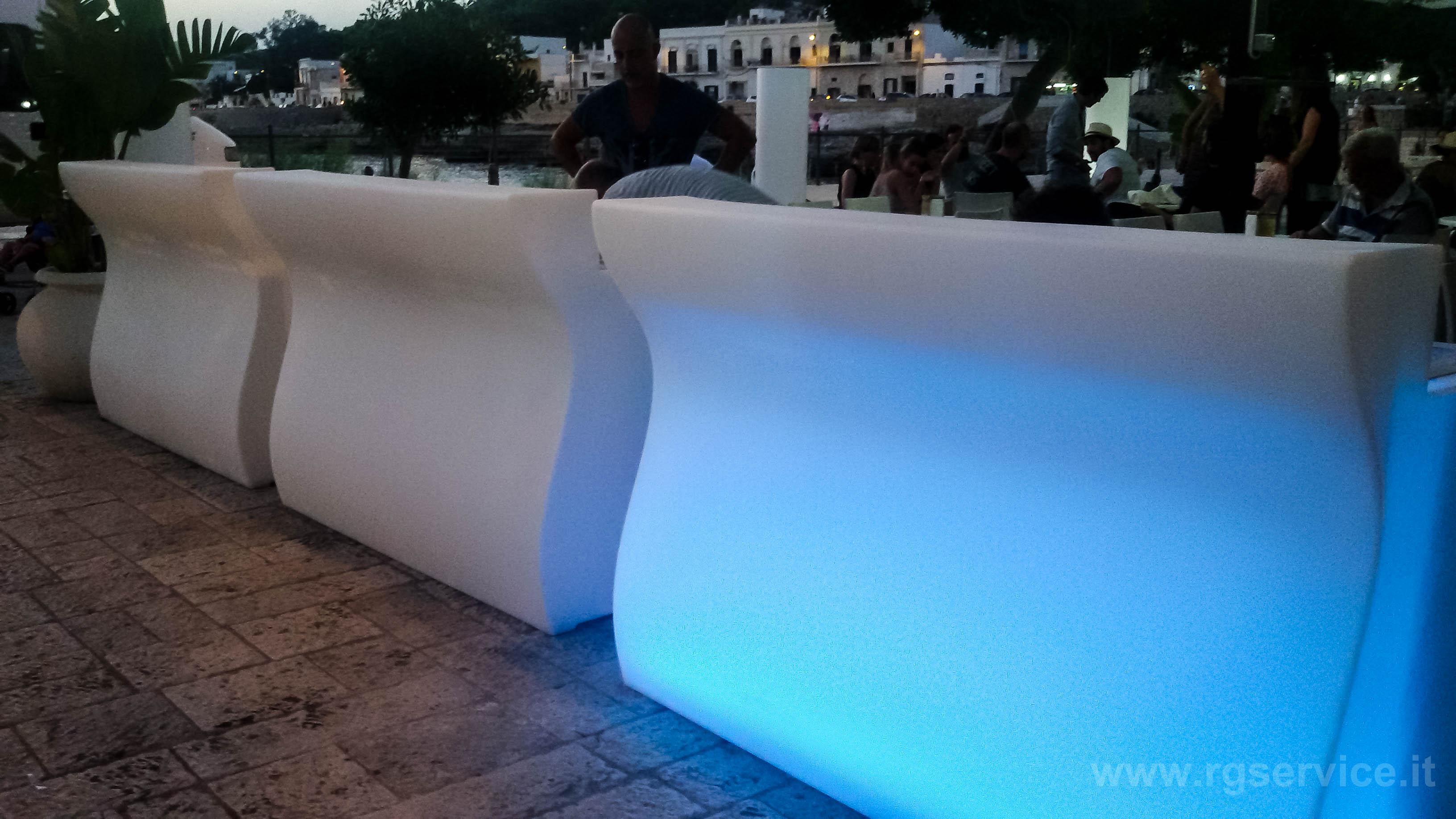 Banchi bar da esterno luminosi in polietilene banchi bar for Banconi bar usati roma